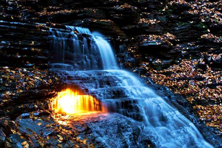 Sonsuz Ateş Şelalesi yılın 365 günü suyun altında kendi kendine yanmaya devam etmektedir.