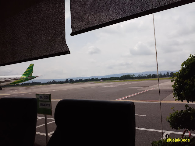 Pemandangan ke arah landasan pacu dari Garuda Executive Lounge