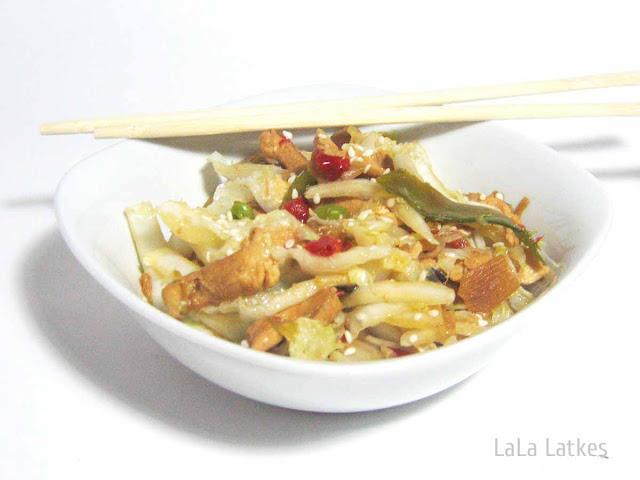 Теплый салат с курицей и азиатскими овощами