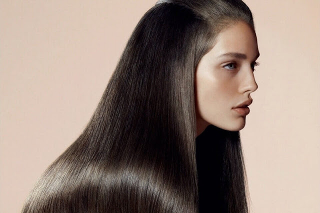 أفضل ١٤ طريقة لتنعيم الشعر في وقت قصير وهي ممتازة لصحة الشعر.