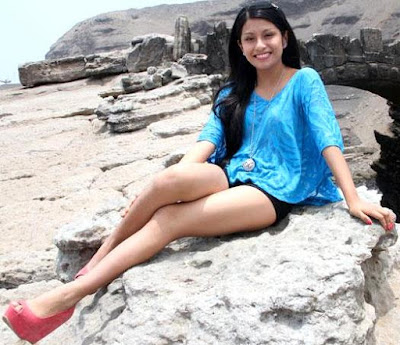 Foto de Wendy Sulca cerca al mar