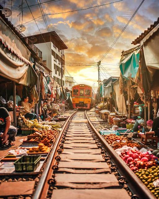 Chợ Maeklong đã tồn tại ở đây rất lâu trước khi đường ray được hoàn thành năm 1904. Khu chợ này nằm ở ga cuối của tuyến đường sắt Maeklong - một trong những tuyến đường sắt chậm nhất thế giới với tốc độ trung bình của các đoàn tàu chỉ khoảng 30 km/h.