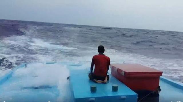 Laksanakan Shalat Di Atas Kapal Berombak Besar, Pria Ini Hebohkan Netizen