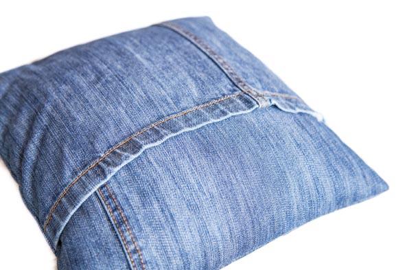 Farkkutyynynpäällisen kääntöaukon reunat ovat farkkujen lahkeensuut