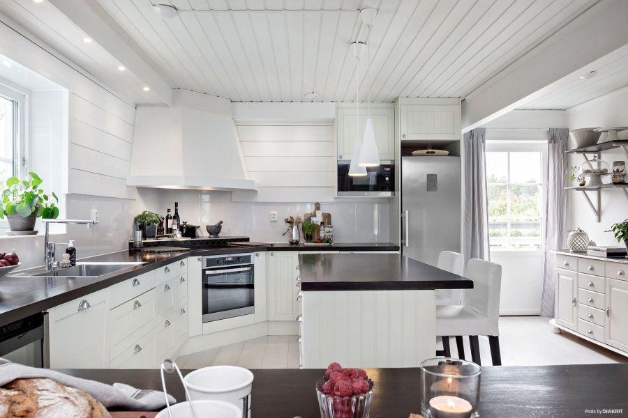 Drewniany domek w bieli i szarościach, wystrój wnętrz, wnętrza, urządzanie mieszkania, dom, home decor, dekoracje, aranżacje, scandi, styl skandynawski, scandinavian style, biała kuchnia, white kitchen, wyspa kuchenna
