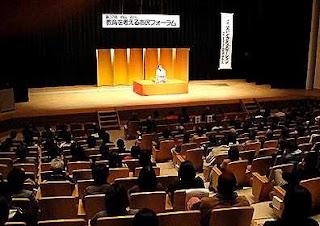 講演会講師・三遊亭楽春の笑いとコミュニケーション講演会の風景。