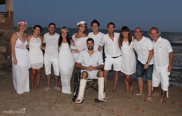 Invitados a la boda con los novios en la playa