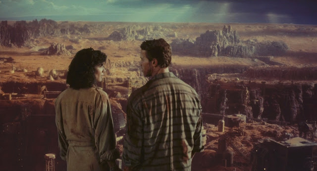 Schwarzenegger (Quaid/Hauser) on terraformed Mars - Total Recall 1990 movie image