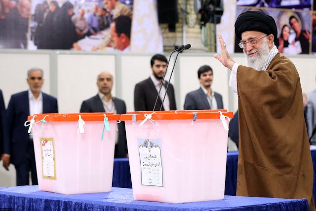 لحظه رای دادن رهبر انقلاب در انتخابات 1396