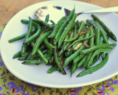 Simple Skillet Green Beans, another quick, healthy way to cook vegetables ♥ AVeggieVenture.com. Weight Watchers Friendly. Weekday Easy, Weekend Special. Low Carb. Gluten Free. Vegan.