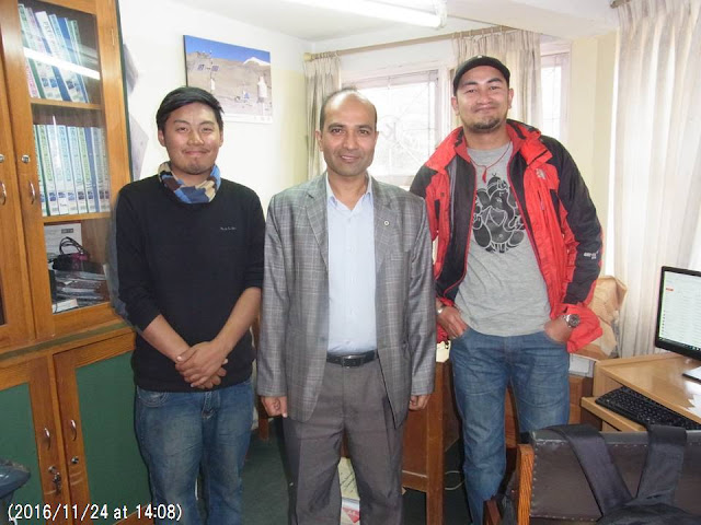 写真20 カトマンズ大学のリジャンさん(中央)と研究スタッフ