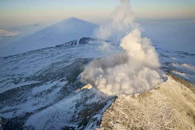 Ilustrasi gambar gunung berapi di indonesia yang masih aktif