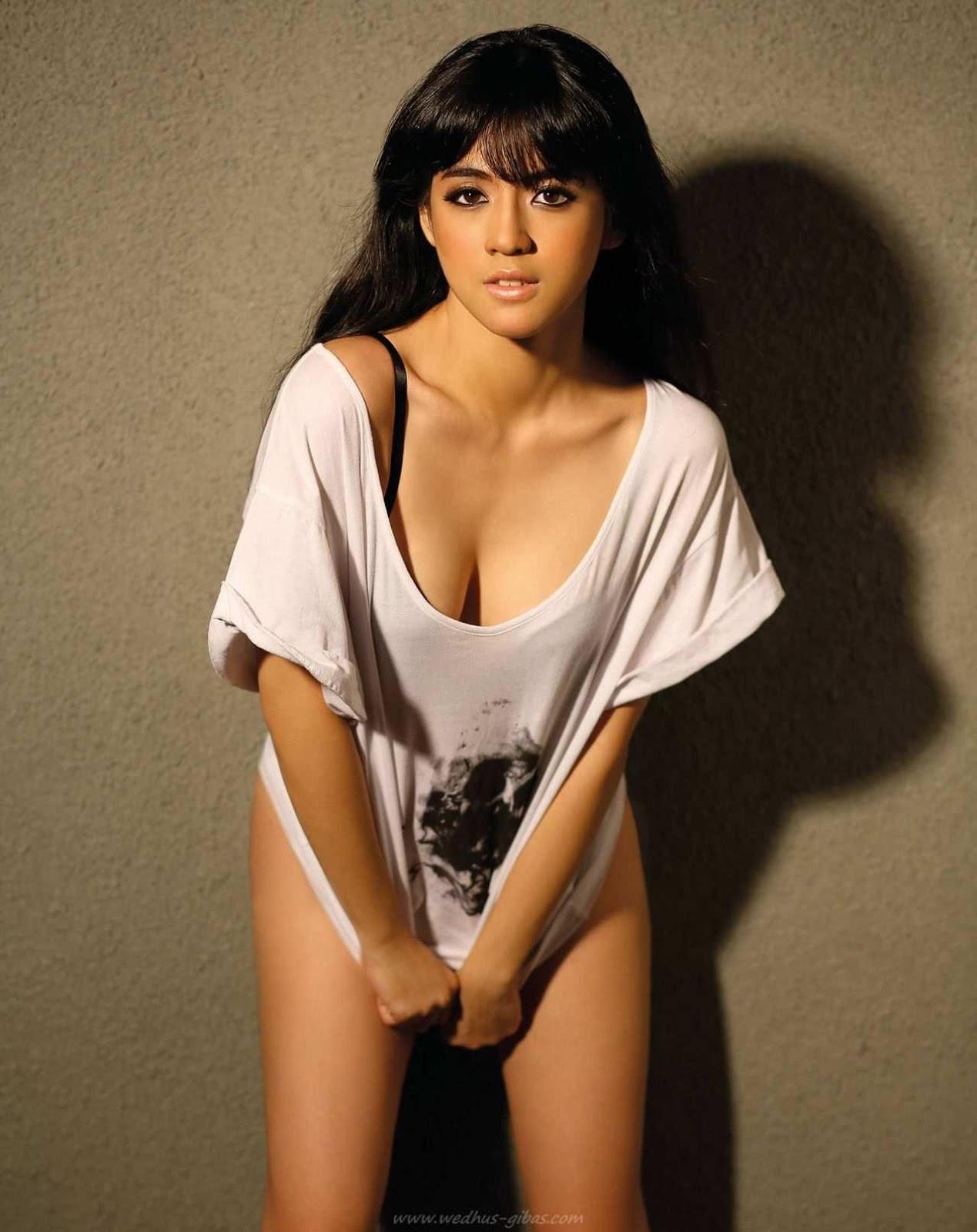 Pose Hot Putri Una
