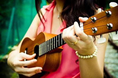 Nên học đàn Ukulele hay đàn Guitar