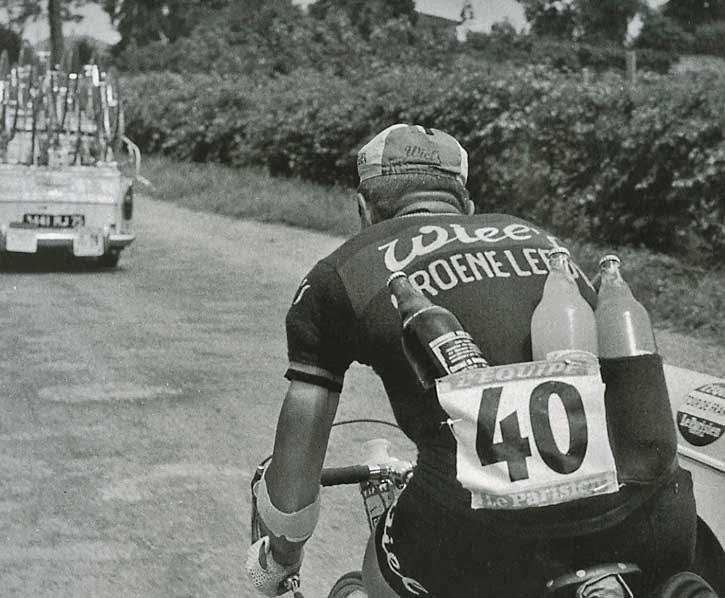 Cycliste équipier porteur d'eau