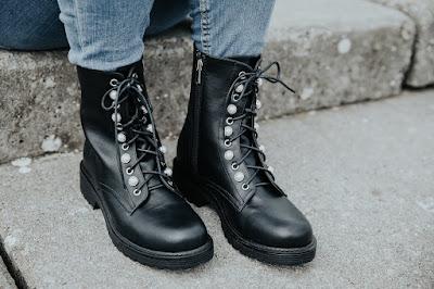 Botas militares con cordones y con detalles de tachas Vives Shoes