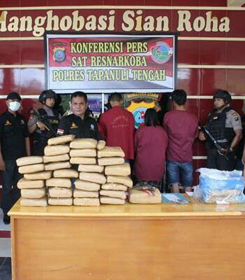 Polisi memaparkan penangkapan 31 kg ganja.
