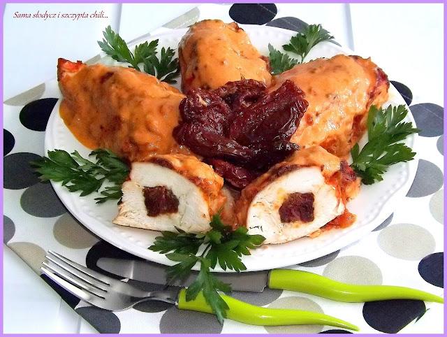 Piersi z kurczaka z mozzarellą i suszonymi pomidorami, pieczone w sosie pomidorowym.