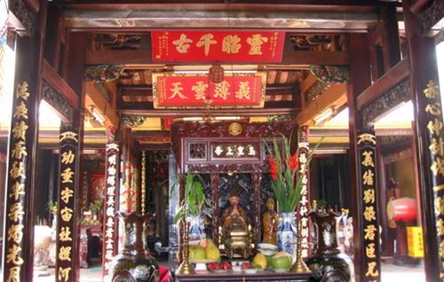 Bàn thờ Ngọc hoàng Thượng đế tại Tiền điện