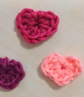 http://translate.googleusercontent.com/translate_c?depth=1&hl=es&rurl=translate.google.es&sl=en&tl=es&u=http://www.simplycrochetmag.co.uk/2014/02/13/free-pattern-mini-hearts-for-valentines-day/&usg=ALkJrhidrGNzM78pUPDsTw9UF-p-Jv8rtw