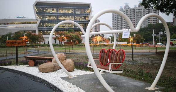 台中南區|國立公共資訊圖書館(國資圖)秘境後花園|閒置營區轉變為繽紛花海