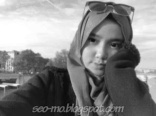 Foto Cantik Wirda Mansur Pakai Kacamata di Kepala
