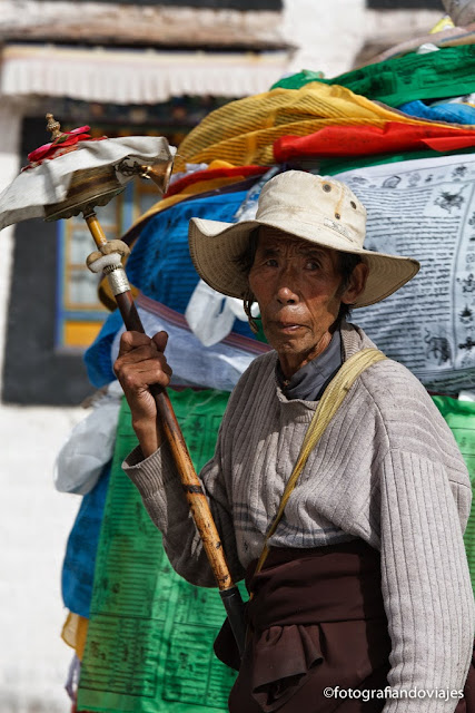 tibetanos alrededor del Jokhang en Lhasa