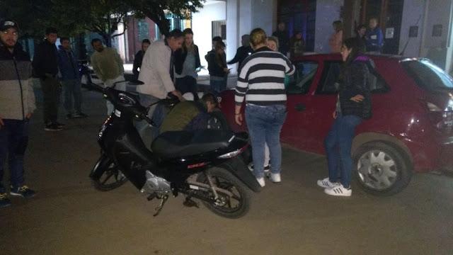 Una adolescente de 15 años chocó en moto un auto estacionado