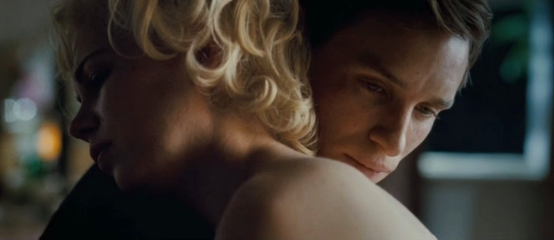 Michelle Williams as Marilyn Monroe and Eddie Redmayne as Colin Clark, embracing