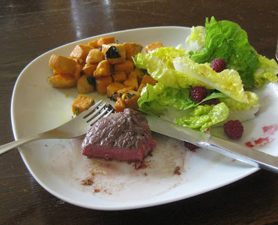 Süßkartoffeln zu Steak und Himbeer-Salat