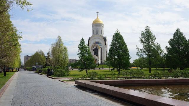 На фото Храм Георгия Победоносца на Поклонной горе в Москве