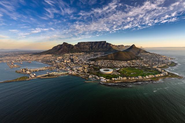 Vista aérea de Table Mountain y Ciudad del Cabo, Sudáfrica