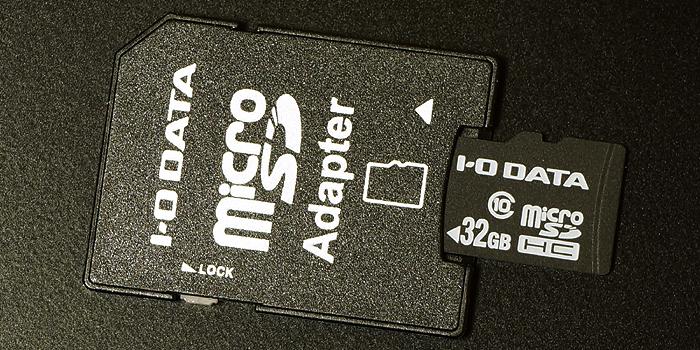 SD変換アダプタにmicroSDカードを挿し込むと「SDカード」として使える