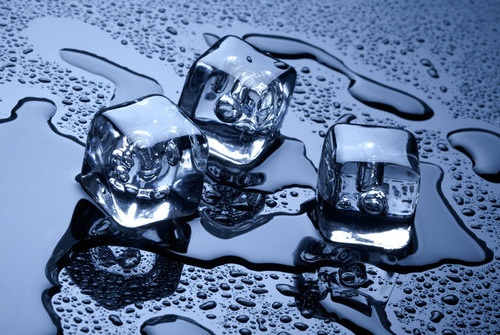 4 Manfaat Es Batu Bagi Kecantikan