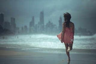 Mulher corre livremente na praia
