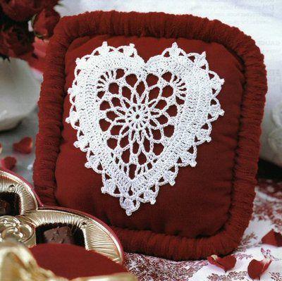 Almofada com coração de crochê