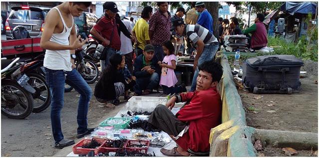 Pedagang di pasar ular khusus menjual charger ponsel