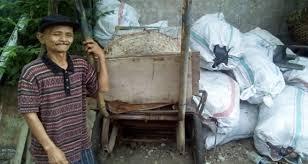 Kembalikan Uang Temuan Rp 20 Juta, Tukang Sampah Ini Malah Dibilang Goblok dan Kemaki