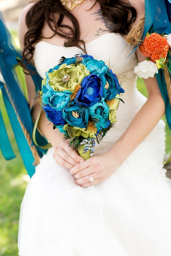 feather+wedding+theme+inspiration+blue+teal+turquoise+beige+champagne+green+reception+table+centerpiece+table+place+setting+escort+card+cards+bouquet+bridesmaids+dresses+bridal+dress+gown+meghan+wiesman+photography+3 - Show your feathers!