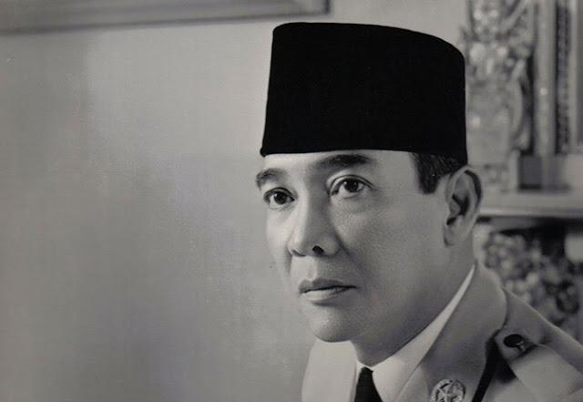 Terungkap...! Rahasia Terpendam Dibalik PECI MIRING Presiden Soekarno...