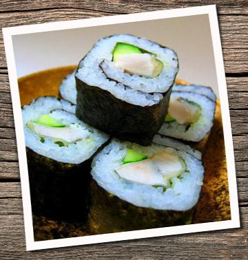 sushi con arroz y pescado