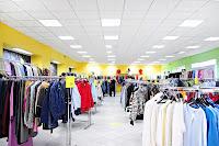 İçinde askılıklarda asılı çeşitli giysiler olan konfeksiyon veya hazır giyim mağazası