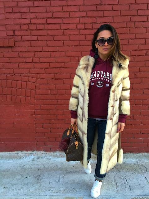 fur coat, vintage coat toronto, vintage fur coat, how to wear fur coat, kako nositi krznenu bundu, louis vuitton monogram bag, how to wear white sneakers, kako nositi mrezaste carape, winter style, what to wear in the winter, how to wear sweatshirt, kako nositi duksericu, toronto blogger, toronto style, toronto streetstyle, canadian fashion blogger, modne blogerke