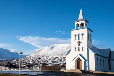 Iglesia de Dalvik con las pistas de esquí