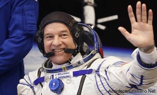 Astronauta ve la Tierra desde el espacio