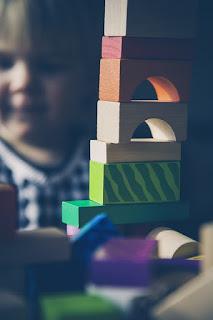 Lass deinem Kind in der Eingewöhnung Zeit. Wenn es sich nach seinem Tempo in der Kita einleben darf, wird es schnell Fortschritte in der Eingewöhnung machen.