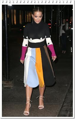 リタ・オラ(Rita Ora)は、サルヴァトーレフェラガモ(Salvatore Ferragamo)のハイネックセーターとスカートを 着用。