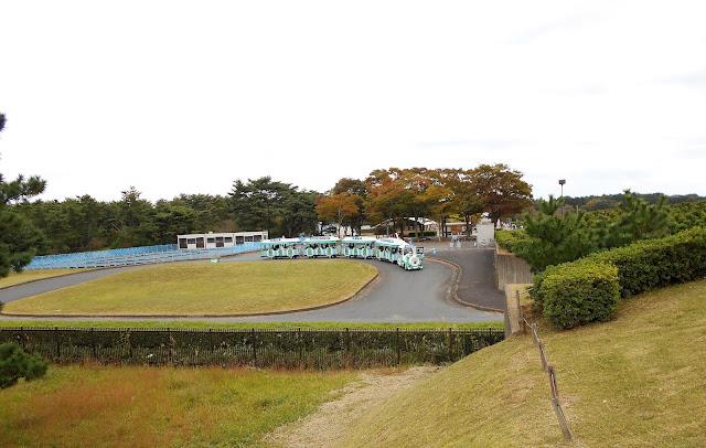 公園内を走る各停列車(電気自動車)