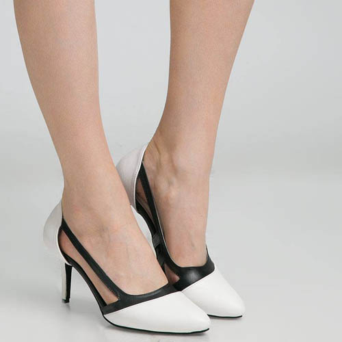 Desainnya yang unik membuat high heels ini tampil cantik