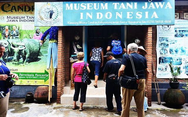 Rombongan turis manca memasuki Museum Tani Jawa Indonesia